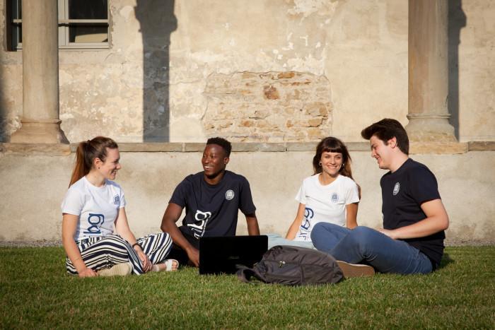 Open Day - studenti sul prato in Sant'Agostino